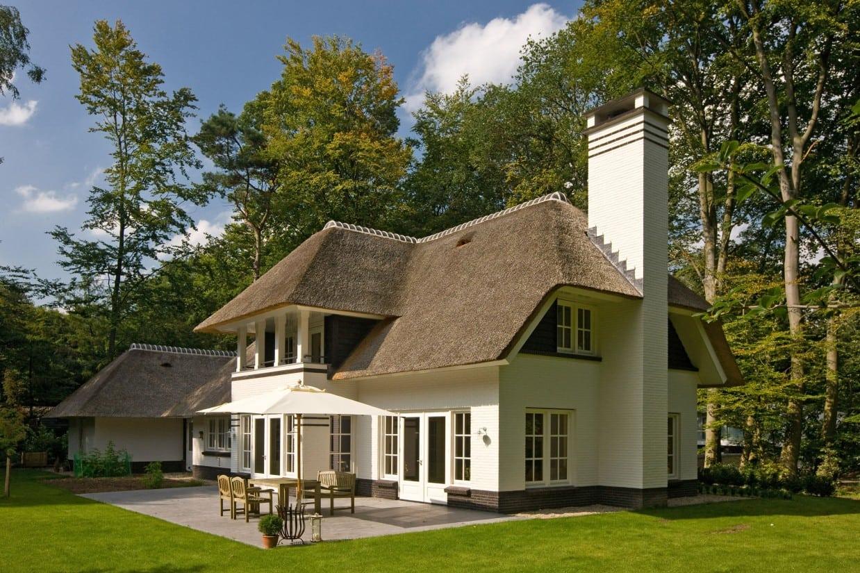 1. Rietgedekte villa bouwen, prachtige rietgedekte villa grote schoorsteen als opvallend detail te Epse