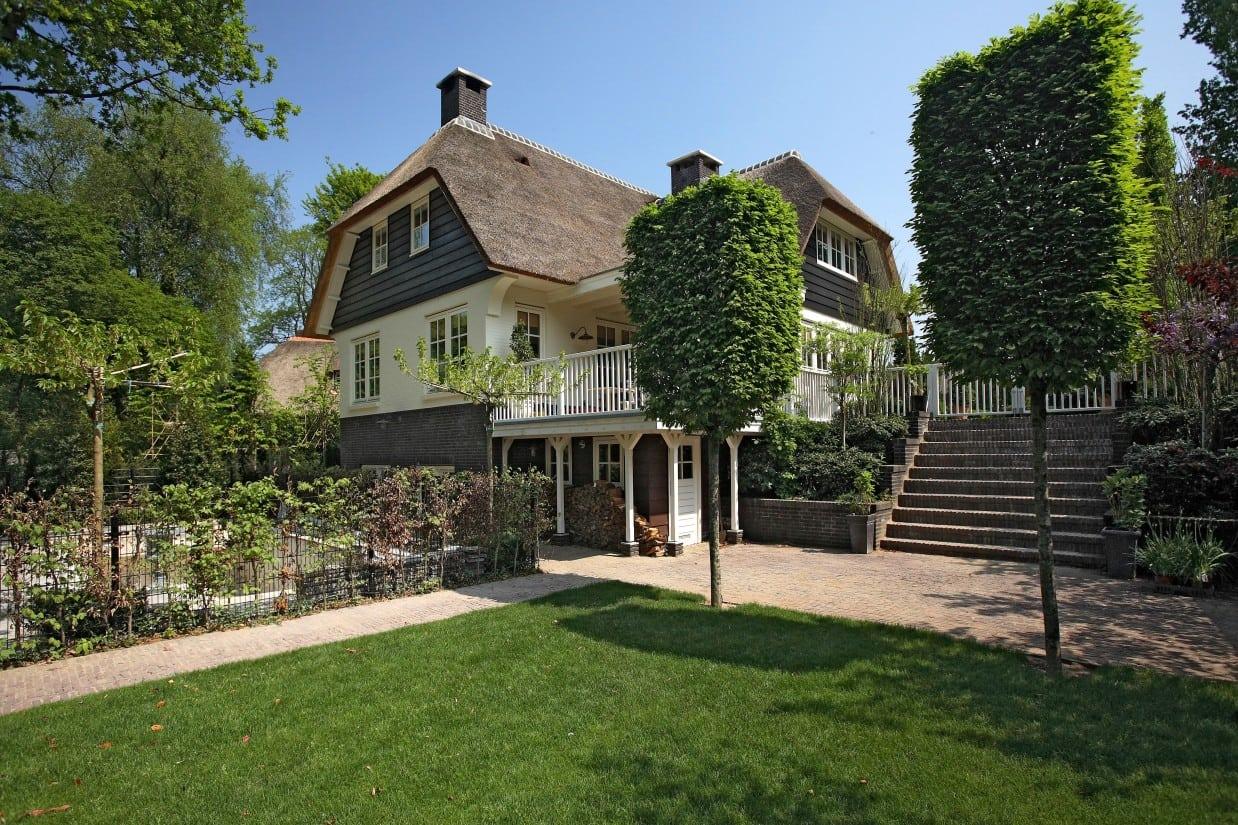 1. Rietgedekte villa bouwen, rietgedekte villa, gekeimd met douglas houten delen te Huizen