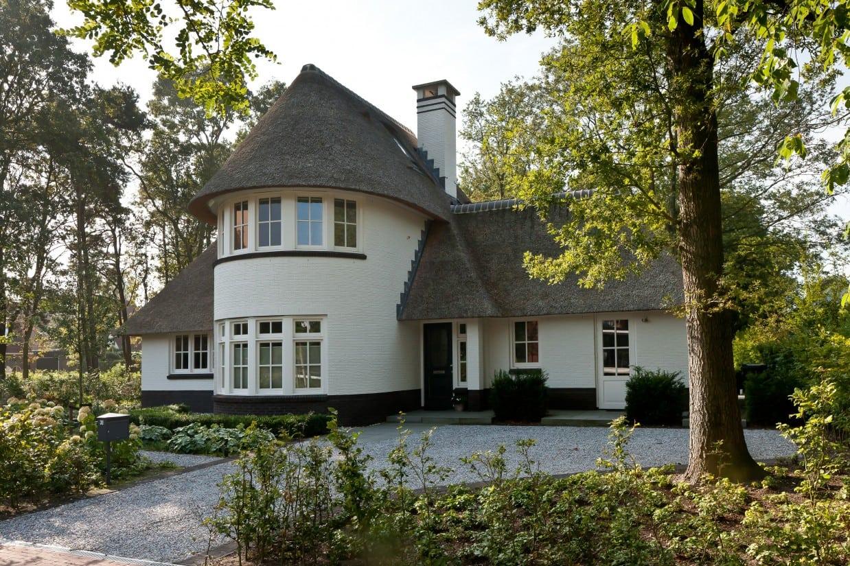 1. Rietgedekte villa bouwen, rietgedekte villa, wit gekeimd te Ugchelen