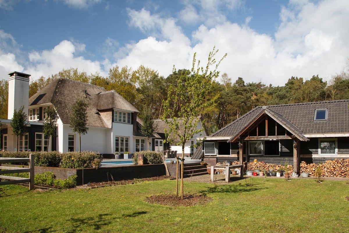 1. Rietgedekte villa bouwen, villa epe tuinaanzicht