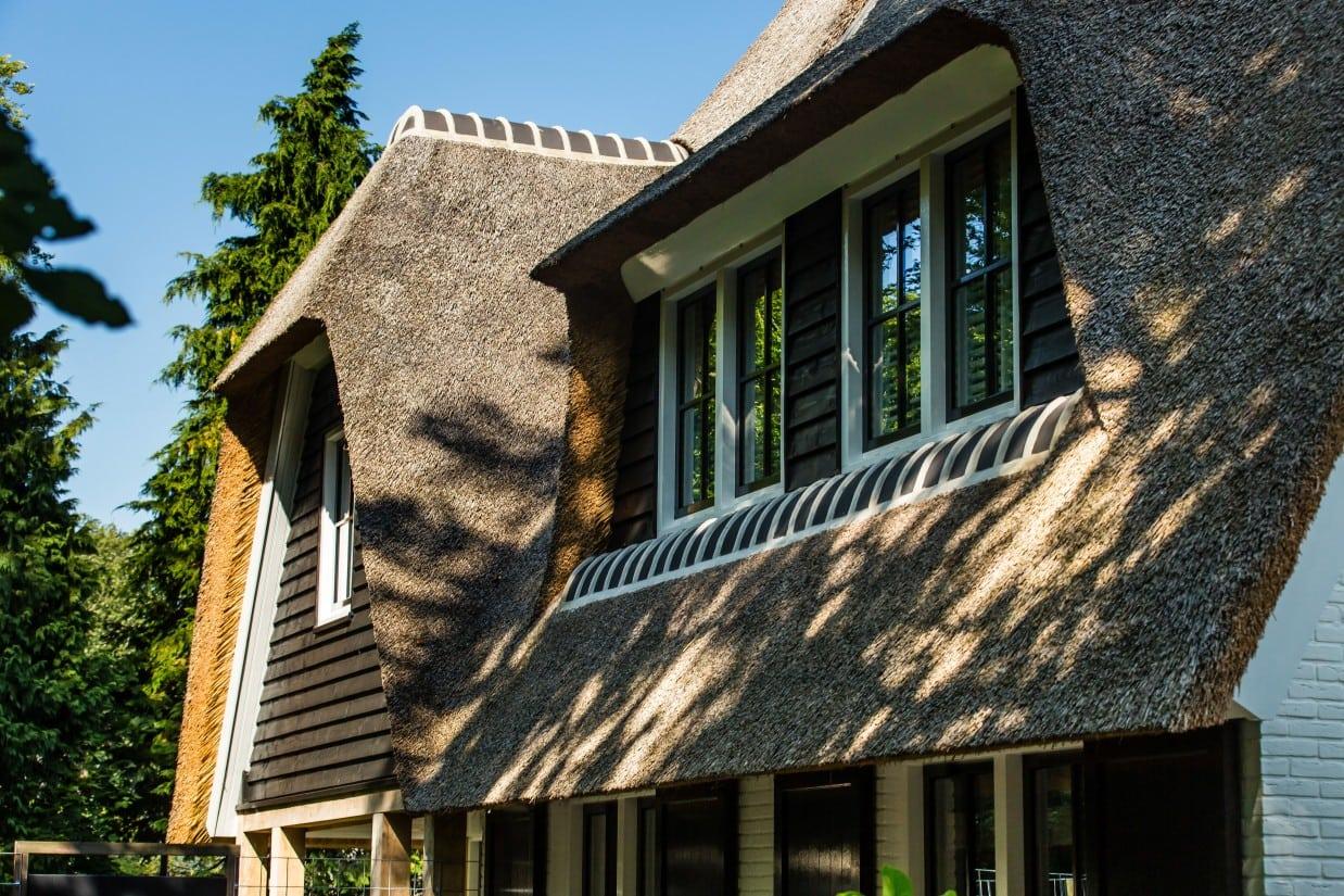 10. Rietgedekte villa bouwen, dakkapel en uitbouw