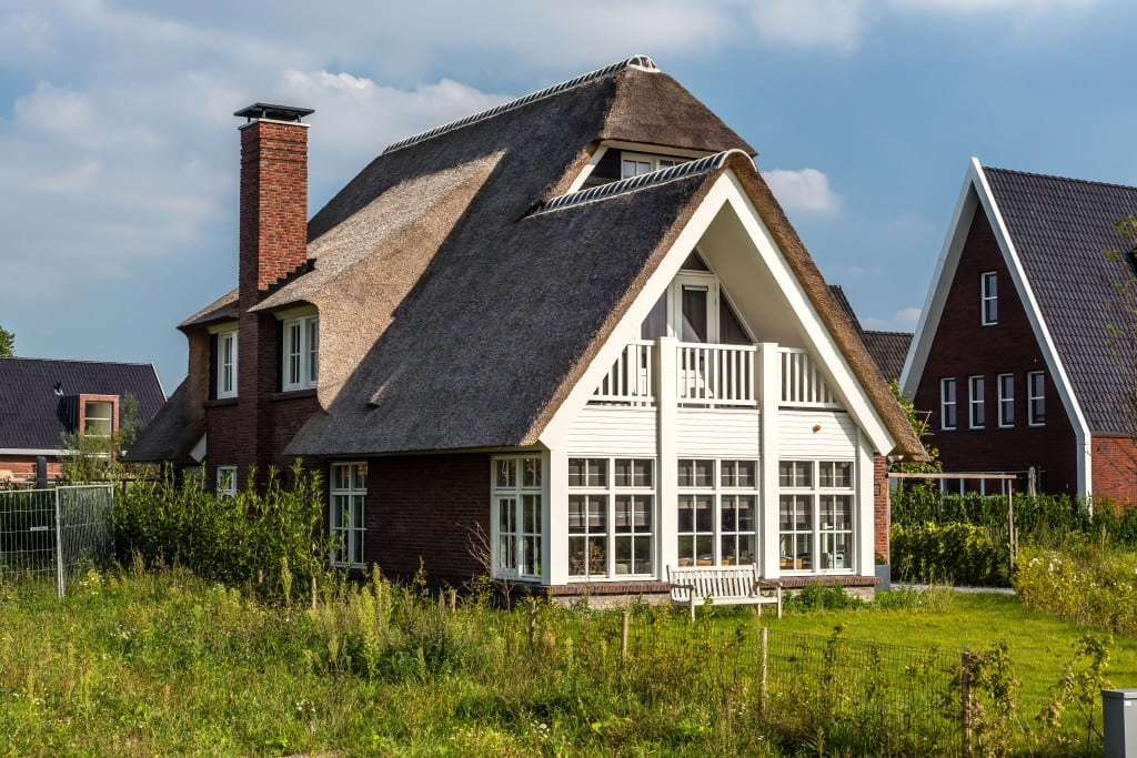 10. Rietgedekte villa bouwen, dakkapel met schoorsteen