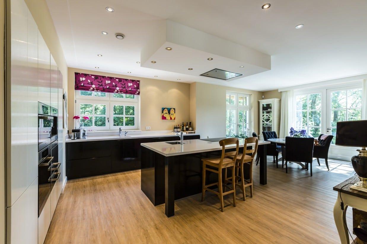 10. Rietgedekte villa bouwen, moderne keuken in landhuis te Vierhouten
