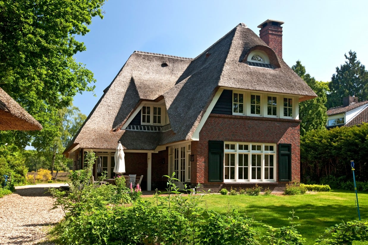 10. Rietgedekte villa bouwen, rietgedekte villa, steen, houten delen