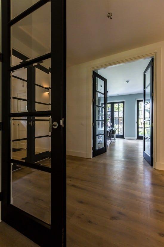 10. Rietgedekte villa bouwen, strakke zwarte tussendeuren
