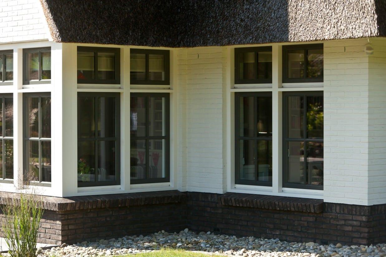 10. Rietgedekte villa bouwen, villa te Almelo, houten kozijnen met groene raam kozijnen