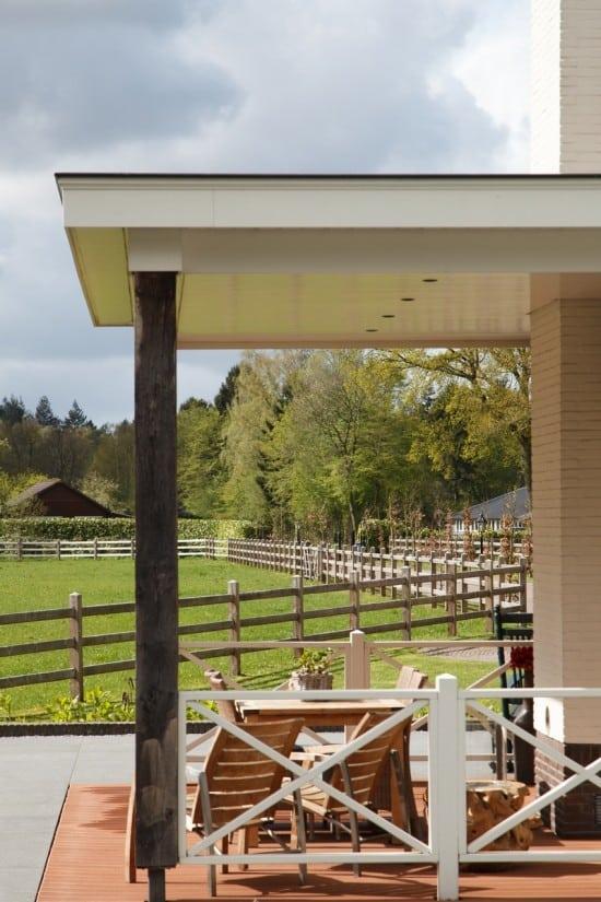 10. Rietgedekte villa bouwen, villa te epe verande uitzicht op voortuin