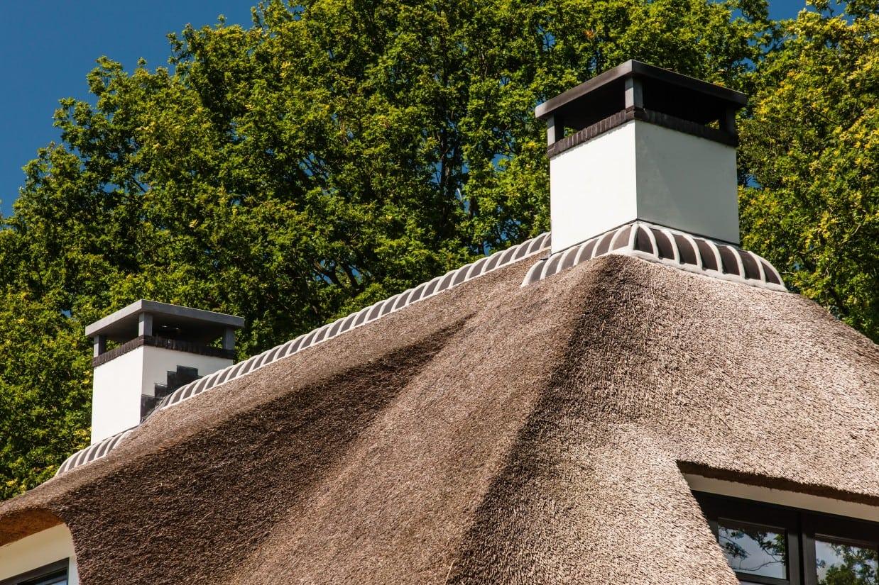 11. Rietgedekte villa bouwen, dubbele schoorsteen
