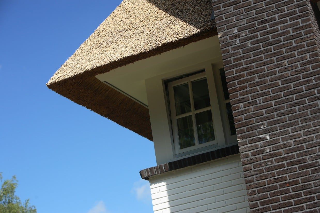 11. Rietgedekte villa bouwen, overstek rietendak inclusief betimmering