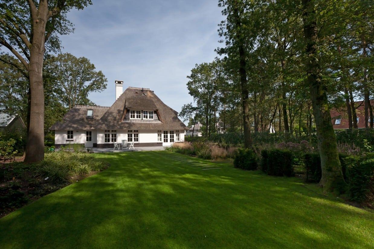 11. Rietgedekte villa bouwen, prachtige grasmat te Ugchelen