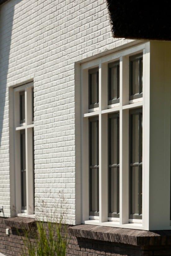 11. Rietgedekte villa bouwen, villabouw, raamdorpel uitgevoerd in steen