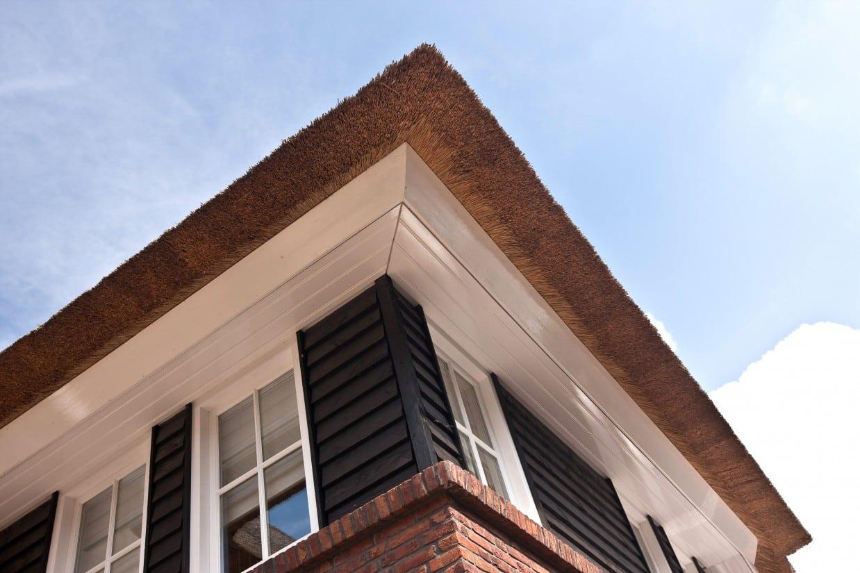 12. Rietgedekte villa bouwen, aftimmering t.p.v. onderzijde rietendak