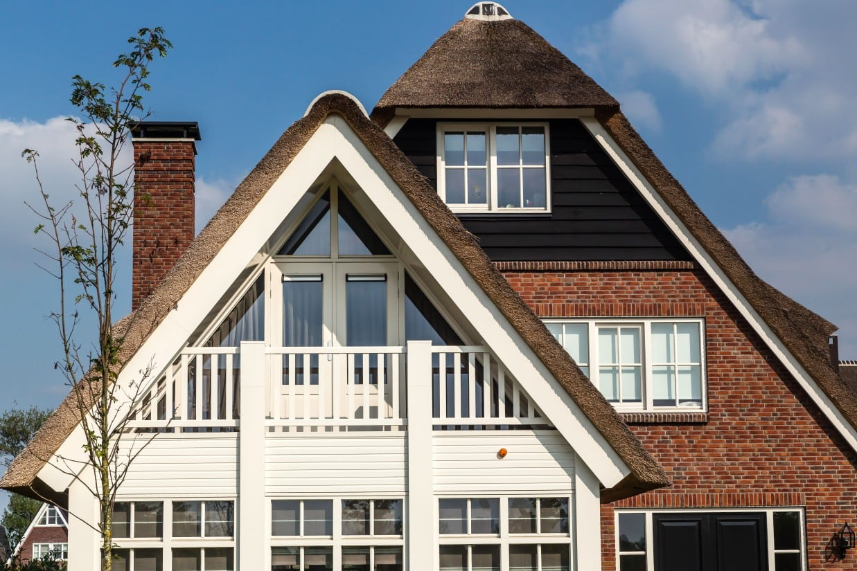 12. Rietgedekte villa bouwen, houten erker met balkon