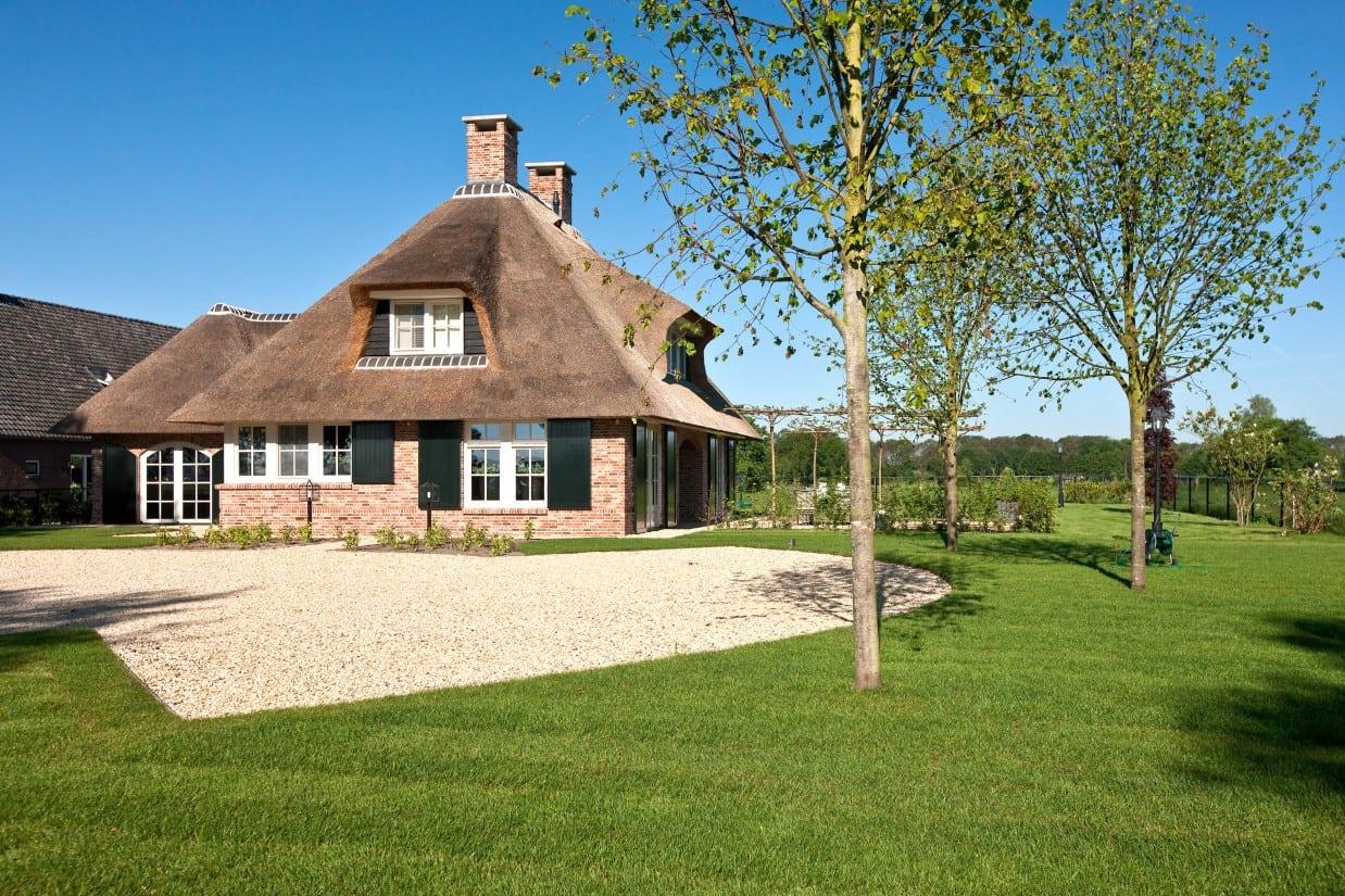 12. Rietgedekte villa bouwen, landhuis met nieuw aangebracht bomen