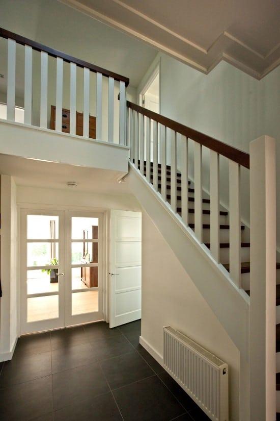 12. Rietgedekte villa bouwen, prachtige openhal met een trap met onderkwart