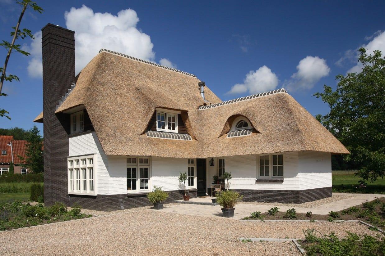 12. Rietgedekte villa bouwen, rietgedekte villa met schoorsteen als middenpunt