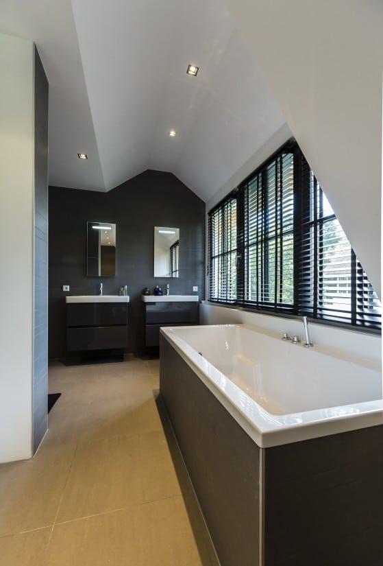 12. Rietgedekte villa bouwen, slaapkamer met open badkamer ensuite
