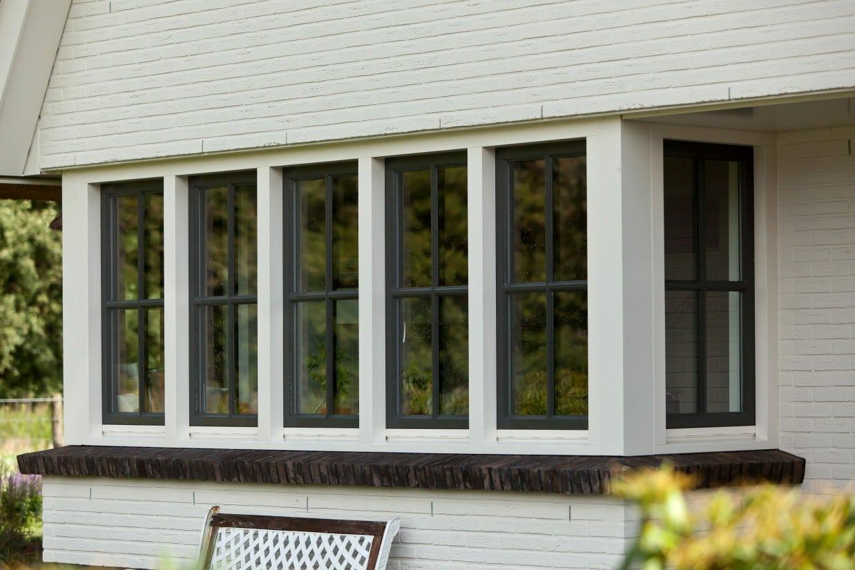 13. Rietgedekte villa bouwen, keuken met veel daglicht, afgewerkt met roedes