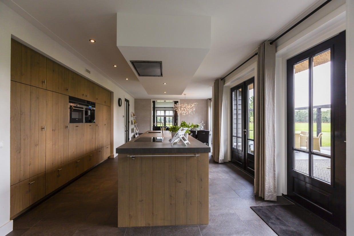 13. Rietgedekte villa bouwen, landhuis met houten keuken