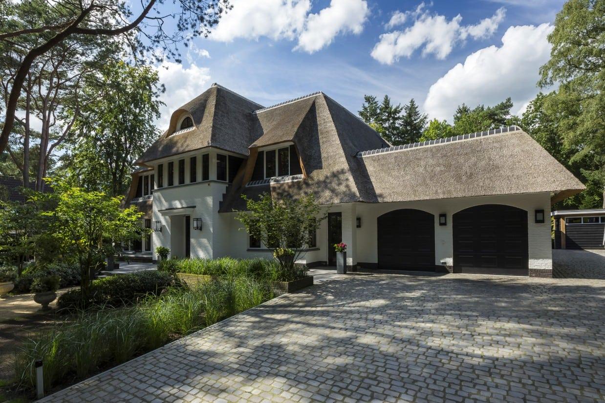 13. Rietgedekte villa bouwen, landhuis rietgedekt, wit gekeimd