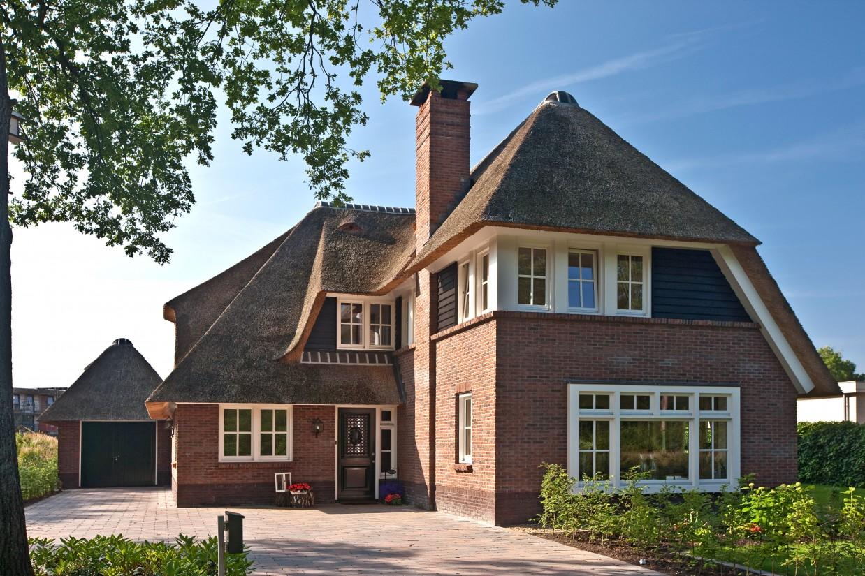 13. Rietgedekte villa bouwen, prachtig straatbeeld van de villa te Ugchelen