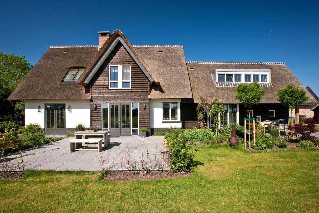 13. Rietgedekte villa bouwen, terrasdeuren met groot buiten terras te Soest