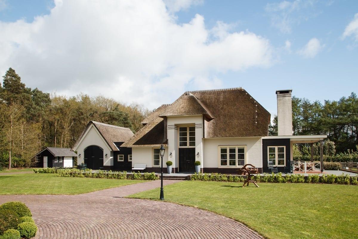 13. Rietgedekte villa bouwen, villa te epe vooraanzicht tuin