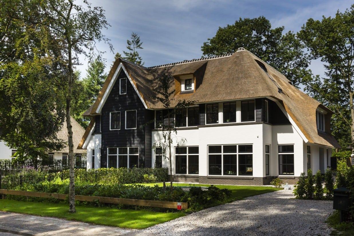 13. Rietgedekte villa bouwen, villa voorzijde rechts