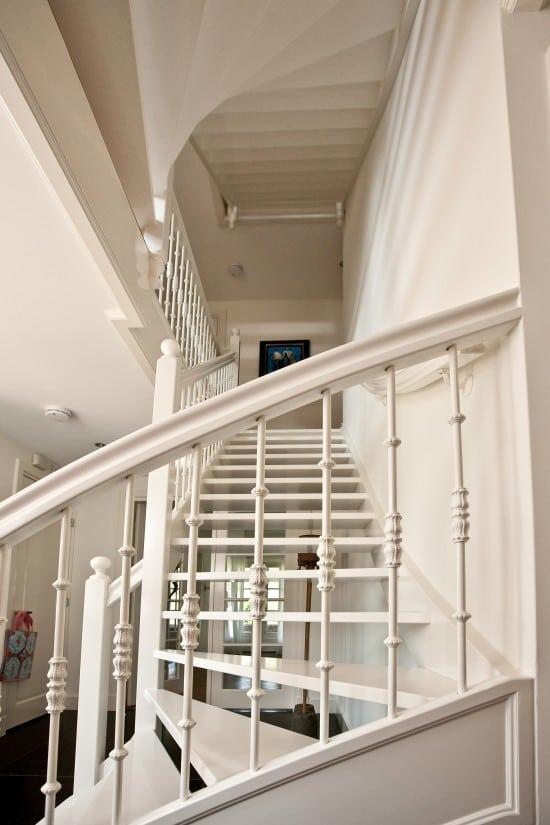 14. Rietgedekte villa bouwen, hardhouten trap