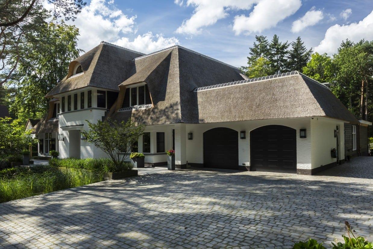 14. Rietgedekte villa bouwen, landhuis Veluwe voorzijde rechts
