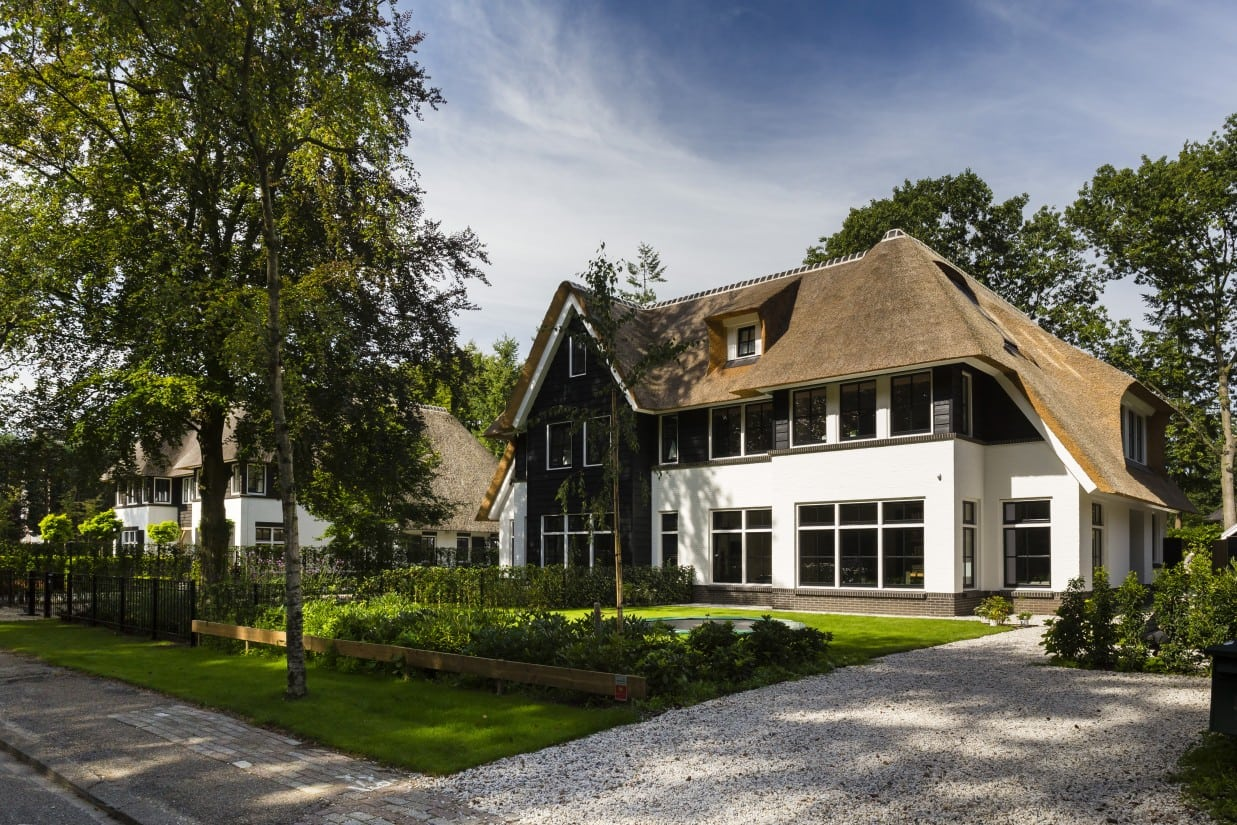 14. Rietgedekte villa bouwen, rietgedekte villa voorzijde