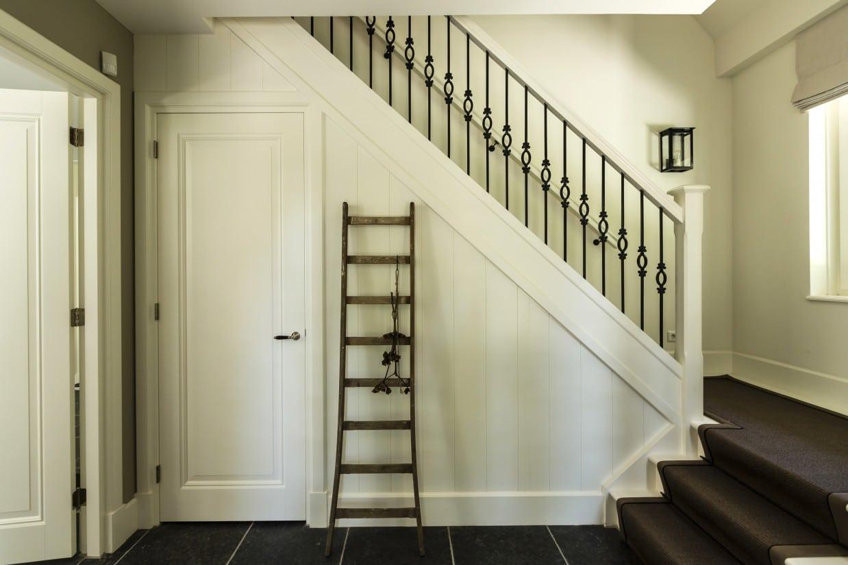 14. Rietgedekte villa bouwen, villa entree met stofferende houten trap