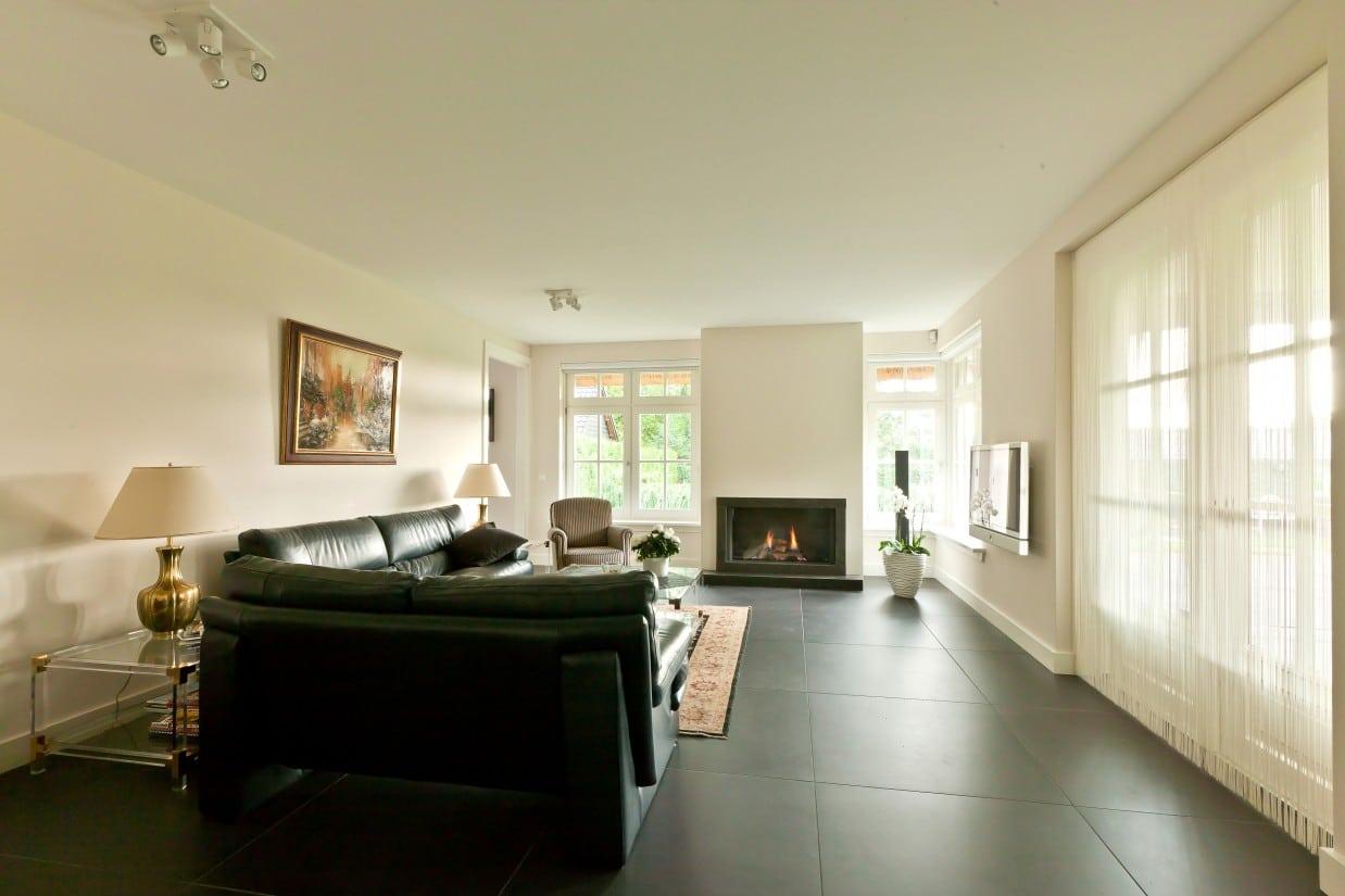 14. Rietgedekte villa bouwen, woonkamer met binnenhaard