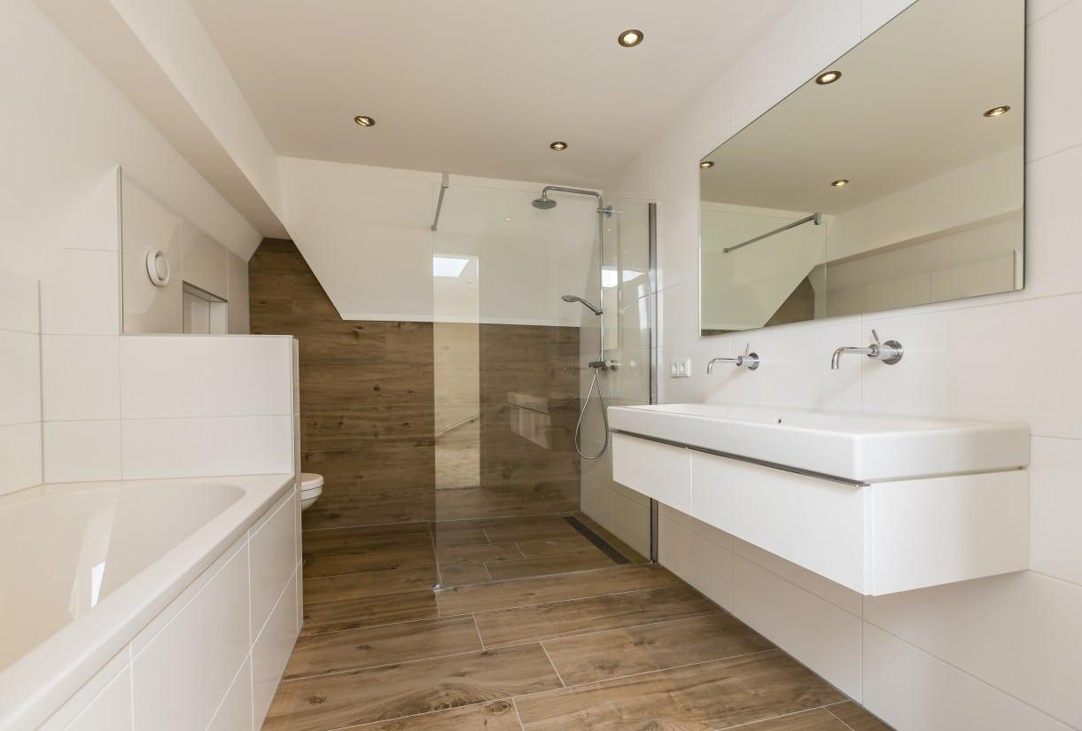 15. Rietgedekte villa bouwen, badkamer met ligbad en dubbele wastafel
