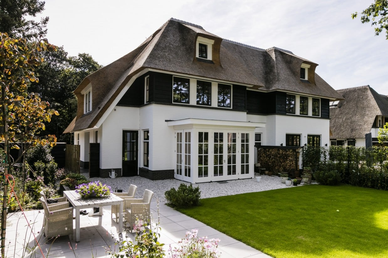 15. Rietgedekte villa bouwen, rietgedekte villa met klassieke serre