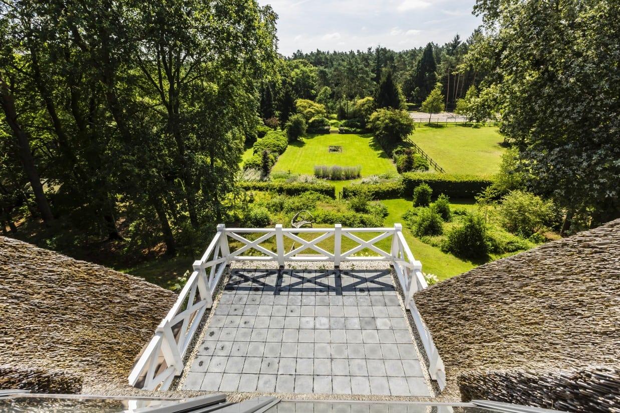 16. Rietgedekte villa bouwen, rietenkap met dakterras van een landhuis in Vierhouten