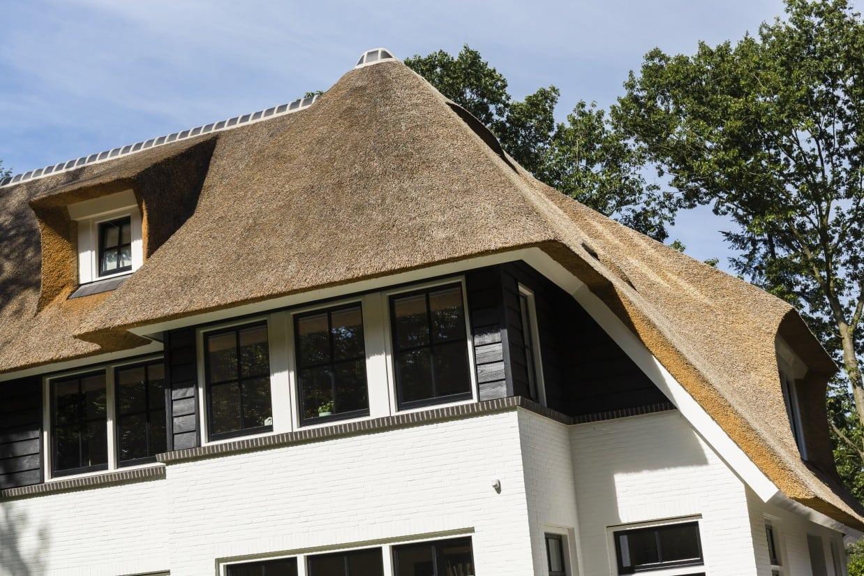 16. Rietgedekte villa bouwen, rietgedekte villa detail eerste verdieping