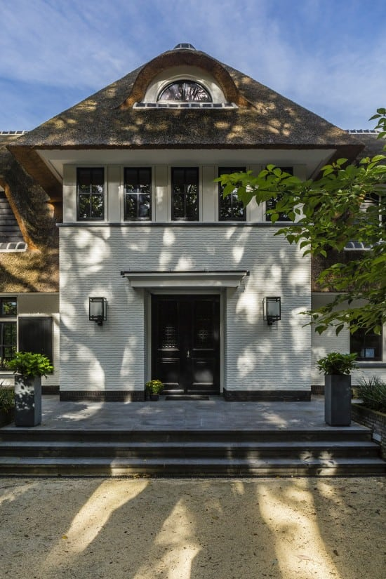 17. Rietgedekte villa bouwen, landhuis entree met trap
