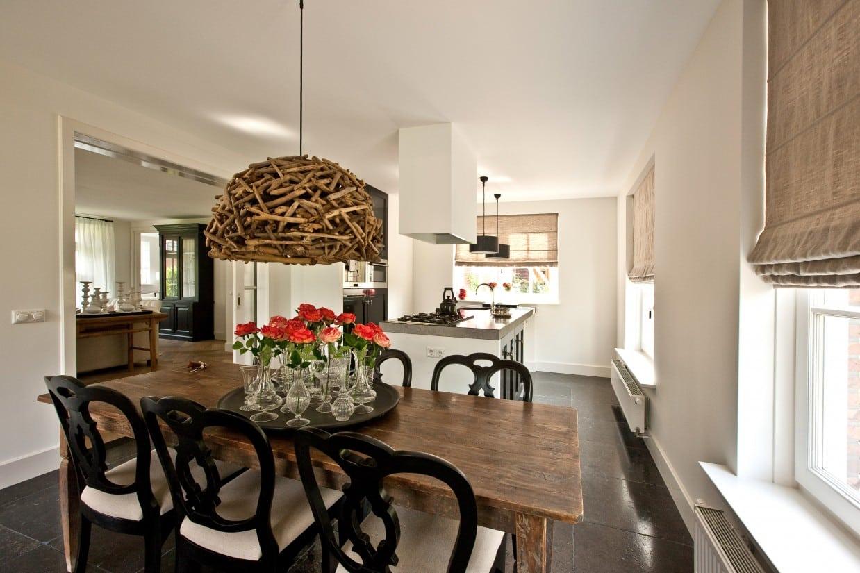 17. Rietgedekte villa bouwen, mooie eettafel met stoelen