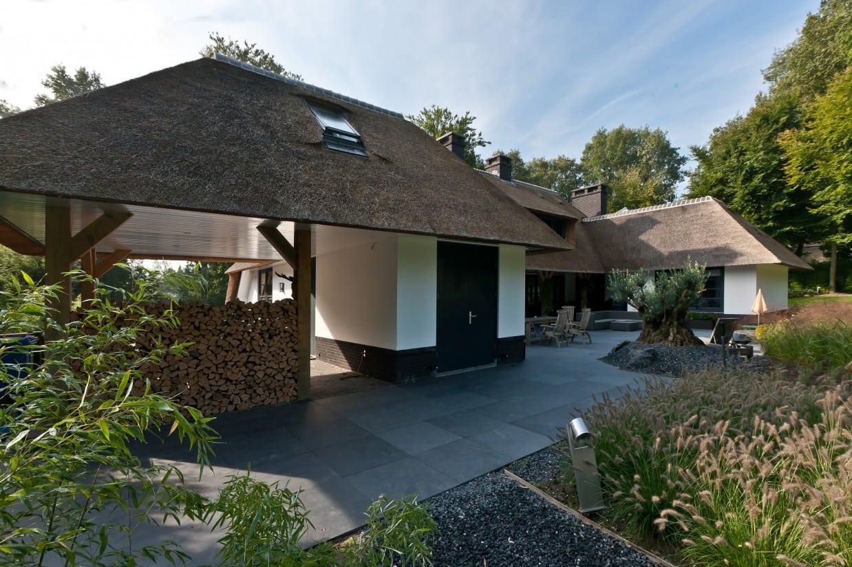 17. Rietgedekte villa bouwen, prachtige villa met overkapping, houtopslag voor een aangenaamde temperatuur in deze prachtige villa