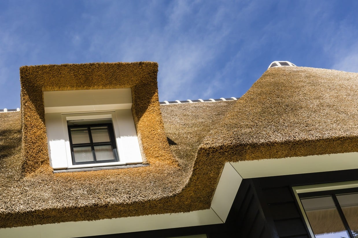 17. Rietgedekte villa bouwen, villa detail dakkapel
