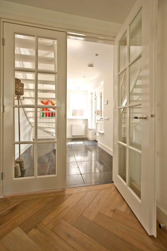18. Rietgedekte villa bouwen, dubbele houten binnendeuren