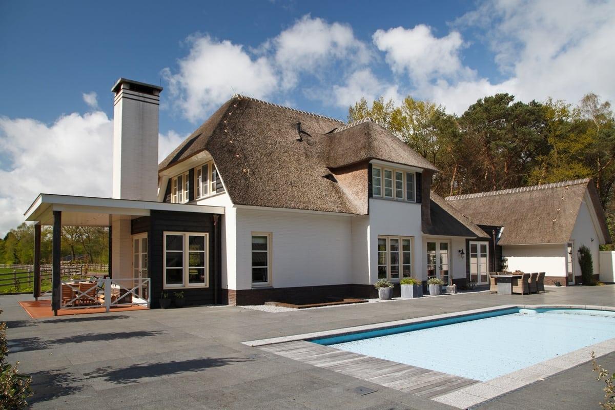 18. Rietgedekte villa bouwen, villa te epe zwembad