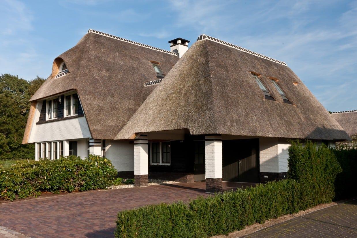 19. Rietgedekte villa bouwen, rietgedekte villa met vele dakkapelen en dakramen, voor het creeren van zoveel mogelijk daglicht.