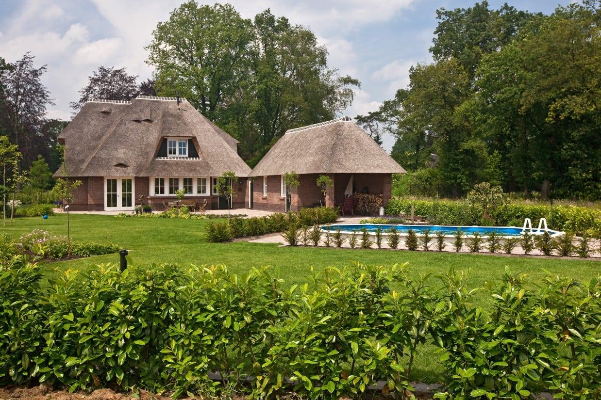 2. Rietgedekte villa bouwen, buiten zwembad gelegen achter de prachtige villa in Ugchelen