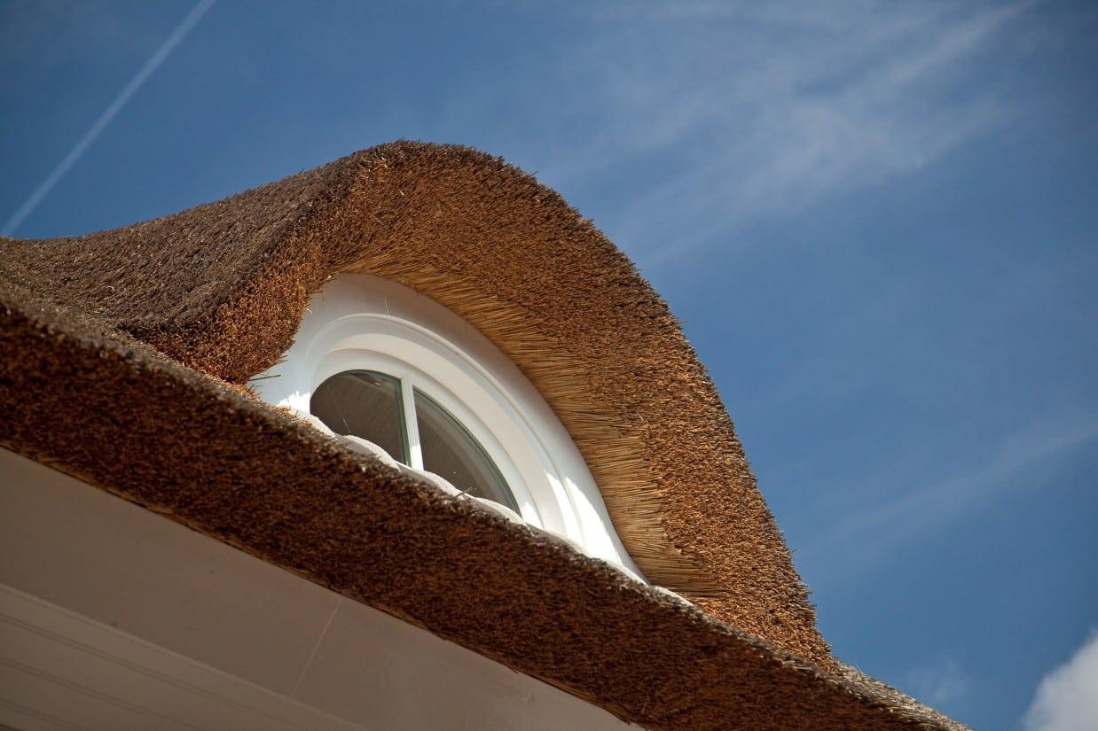 2. Rietgedekte villa bouwen, dakkapel uitgevoerd in rietwerk