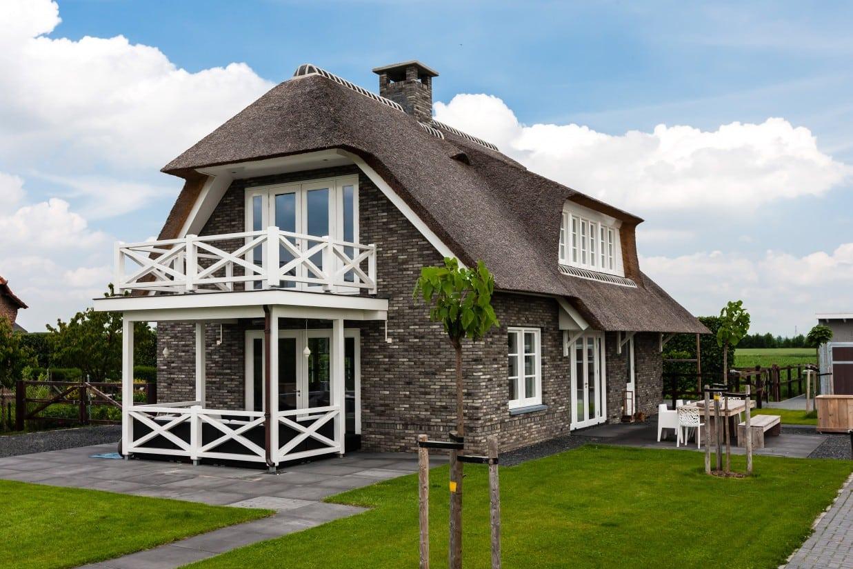 2. Rietgedekte villa bouwen, groot balkon en veranda