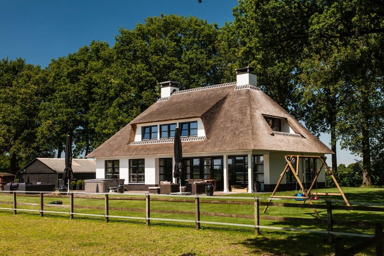 2. Rietgedekte villa bouwen, groot terras