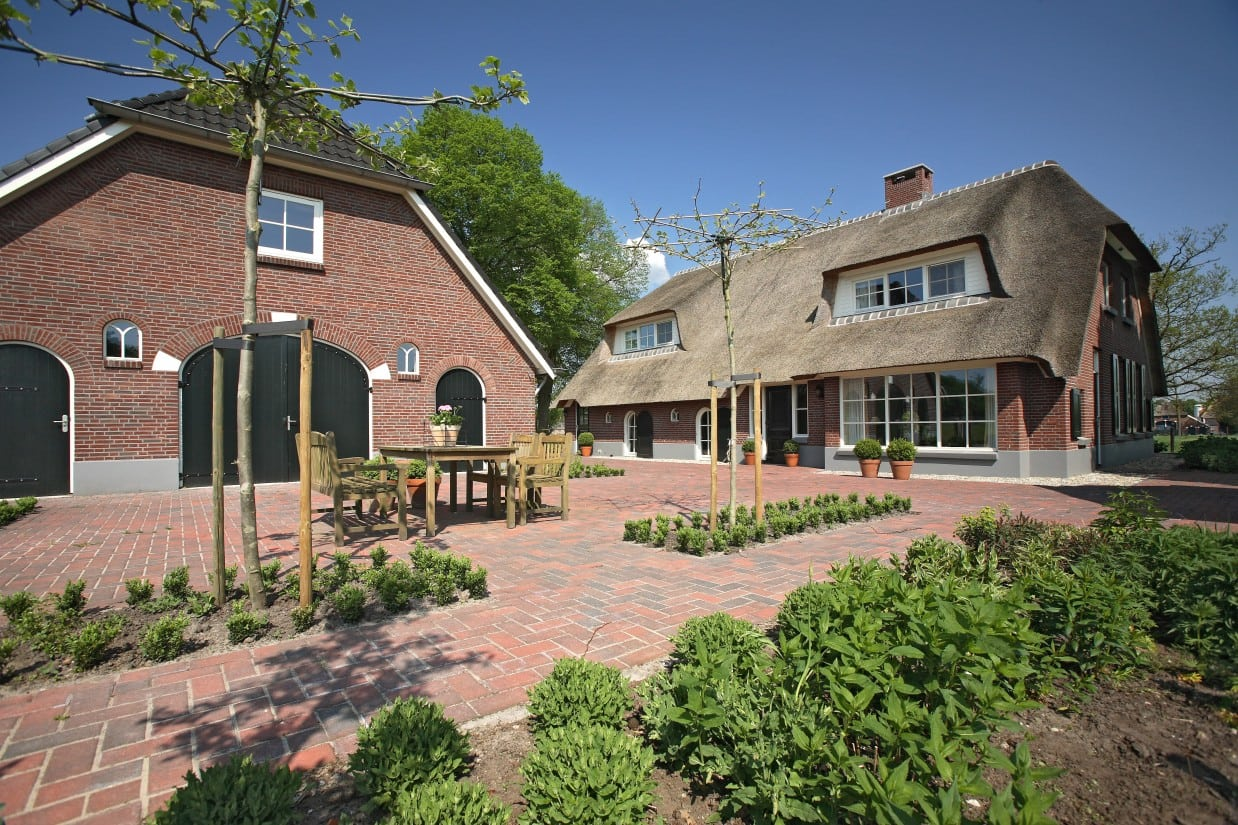 2. Rietgedekte villa bouwen, karakteristieke woonboederij met rieten dak en vrijstaande garage schuur