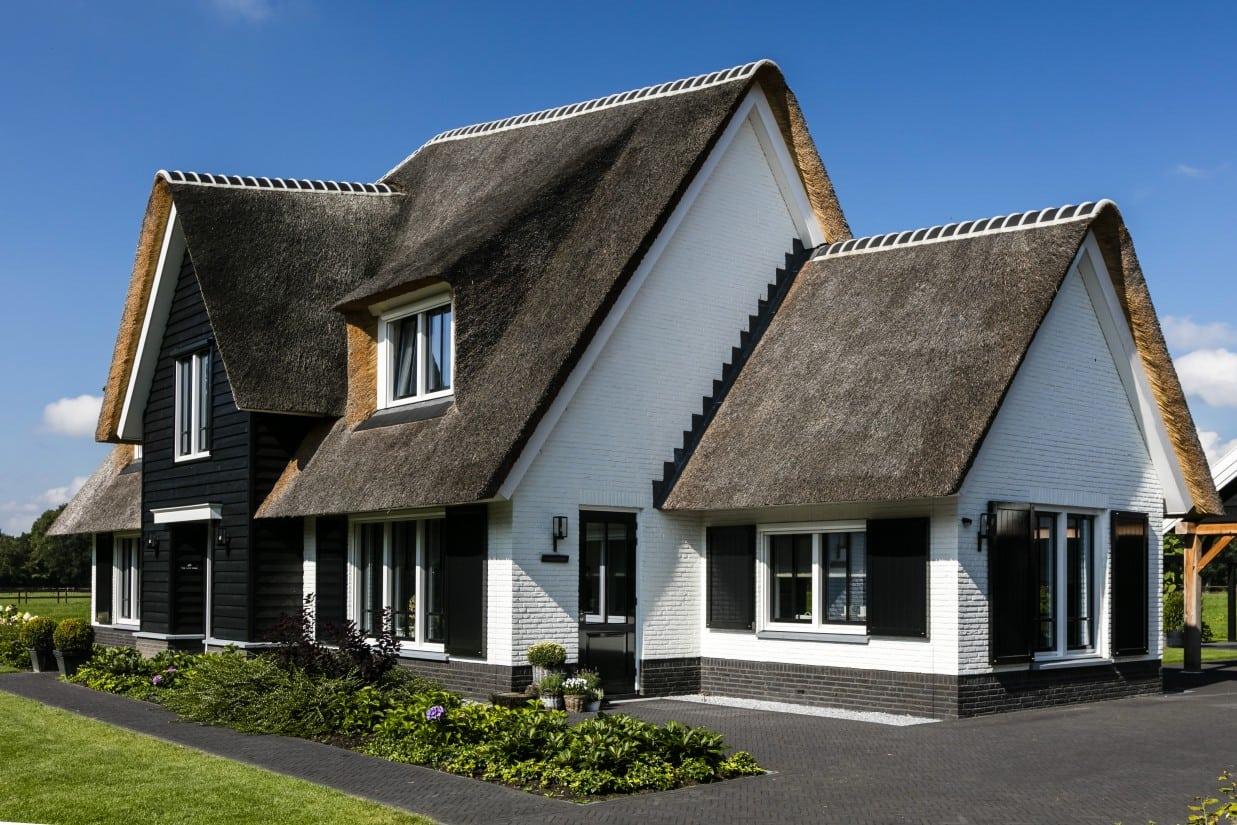 2. Rietgedekte villa bouwen, landhuis met gepotdekselde entree